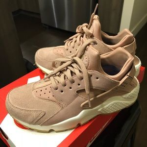 Neutral pink huarache run sneakers - like new!